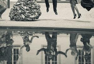 Braut, Brautjungfern und Bräutigam springen am Schloss Koblenz